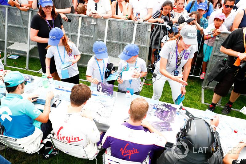 Sam Bird, DS Virgin Racing, Alex Lynn, DS Virgin Racing. sign autographs for fans