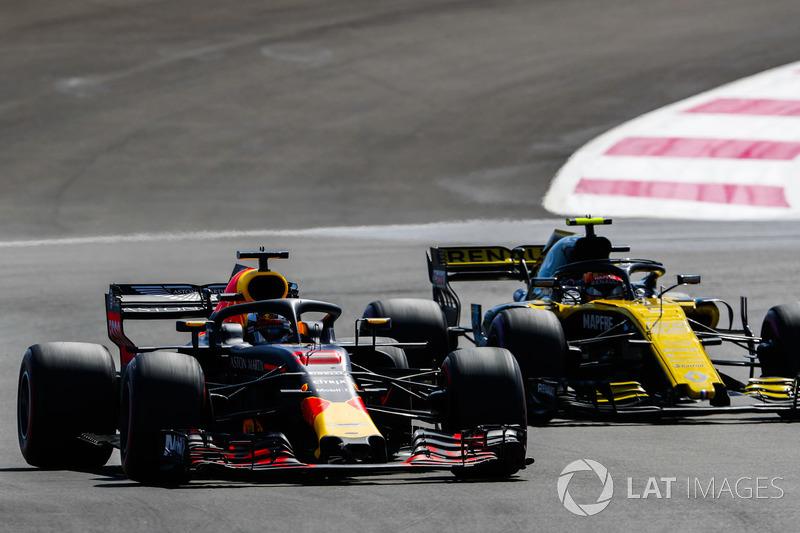 Daniel Ricciardo, Red Bull Racing RB14, à la lutte avec Carlos Sainz Jr., Renault Sport F1 Team R.S. 18