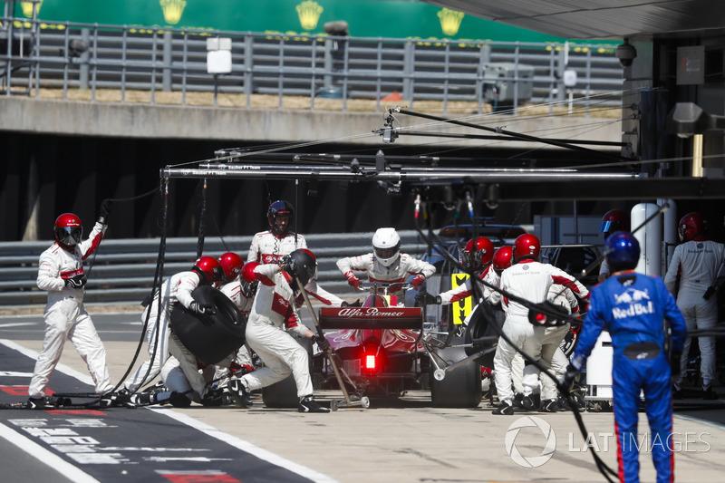 Marcus Ericsson, Sauber C37, rientra per un pit stop