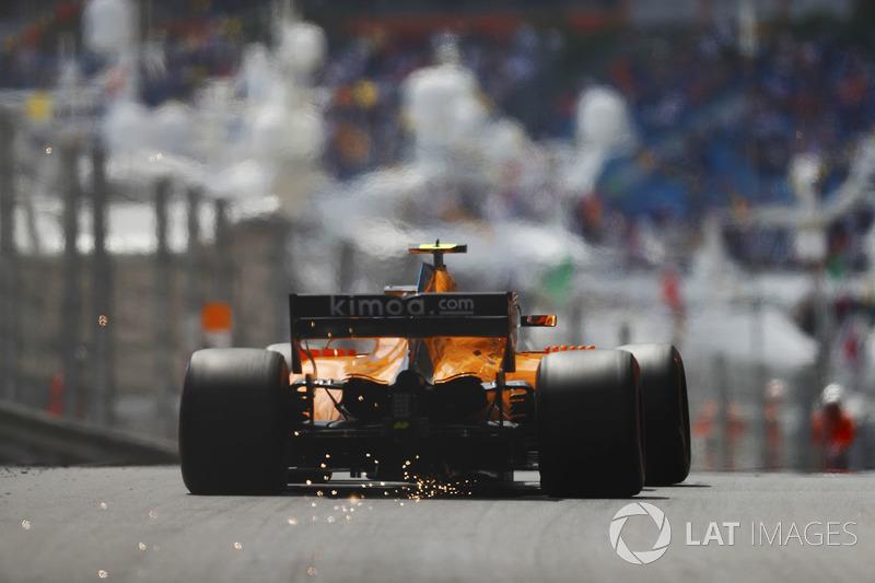 Stoffel Vandoorne, McLaren MCL33, strikes up sparks