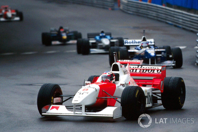 David Coulthard, McLaren MP4/11B, con il casco di riserva di Michael Schumacher