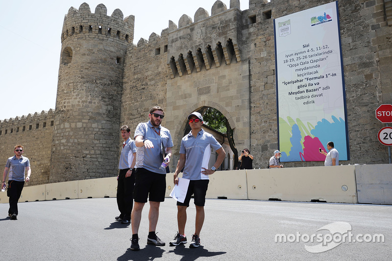 Rio Haryanto, Manor Racing, прогулюється трасою з командою