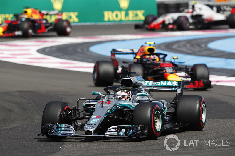 Lewis Hamilton, Mercedes AMG F1 W09, leads Max Verstappen, Red Bull Racing RB14, Daniel Ricciardo, Red Bull Racing RB14, and Kevin Magnussen, Haas F1 Team VF-18
