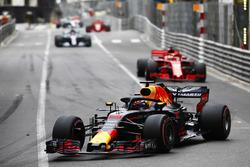 Daniel Ricciardo, Red Bull Racing RB14, leads Sebastian Vettel, Ferrari SF71H, Lewis Hamilton, Mercedes AMG F1 W09 and Valtteri Bottas, Mercedes AMG F1 W09