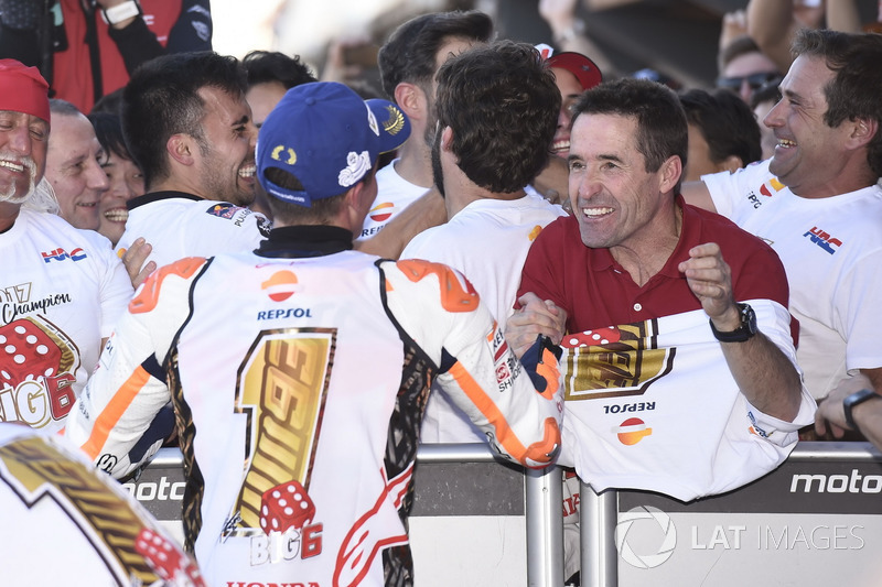 Чемпион мира гонщик команды Repsol Honda Team Марк Маркес и его отец Хулиа Маркес