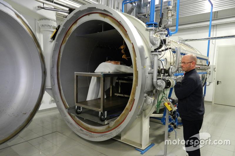 Horno de fibra de carbono en el taller de la Escudería Toro Rosso