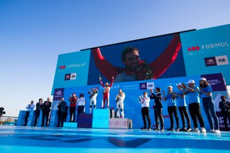Le deuxième, Robin Frijns, Envision Virgin Racing, le vainqueur Jérôme d'Ambrosio, Mahindra Racing, et le troisième, Sam Bird, Envision Virgin Racing, sur le podium