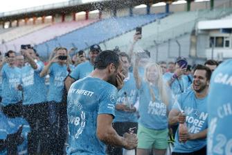 Чемпіон Гарі Паффетт, Mercedes-AMG Team HWA , святкує з командою