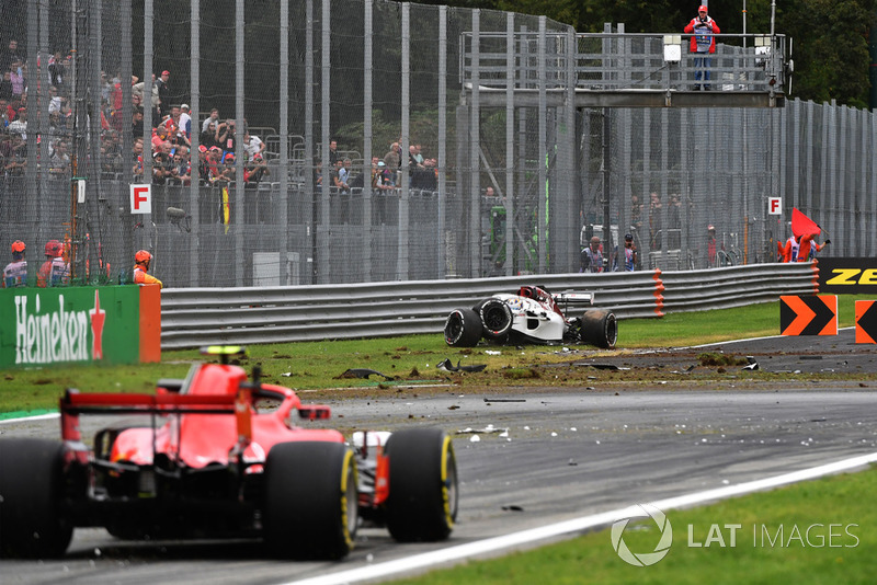 Marcus Ericsson, Sauber C37 suffered a big crash in FP2