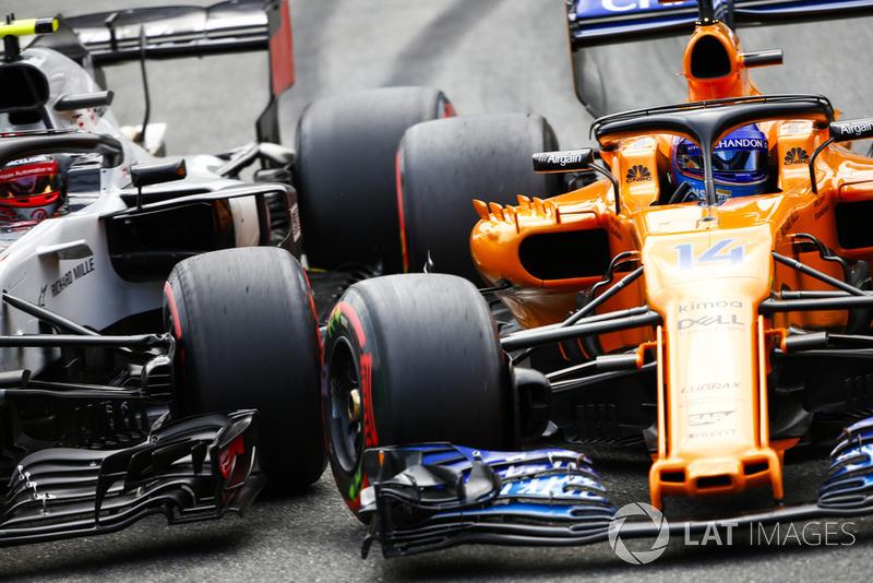 Kevin Magnussen, Haas F1 Team VF-18, Fernando Alonso, McLaren MCL33