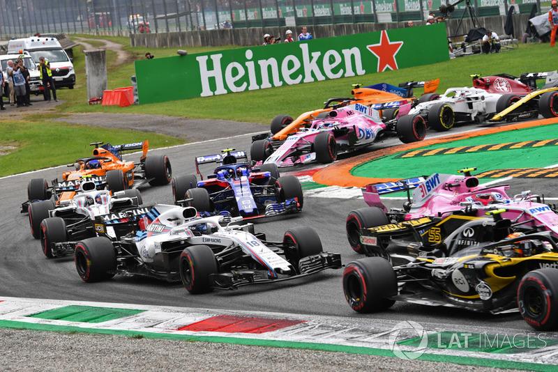 Carlos Sainz Jr., Renault Sport F1 Team RS 18, Esteban Ocon, Racing Point Force India VJM11, Lance Stroll, Williams FW41, ss y Pierre Gasly, Scuderia Toro Rosso STR13 y al inicio de la carrera