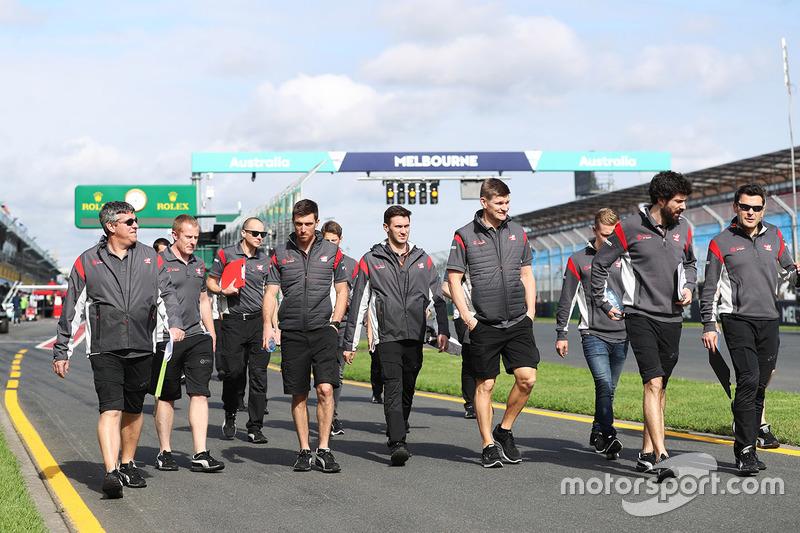 Члени команди Haas F1 Team team, у тому числі Ромен Грожан та Кевін Магнуссен на виході із піт-лейну перед прогулянкою треком