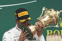 Ganador de la carrera Lewis Hamilton, Mercedes AMG F1, besa el trofeo en el podio