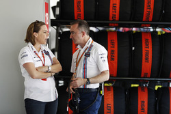 Claire Williams, Subdirector del equipo, Williams, habla con Paddy Lowe, Williams fórmula 1