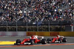 Sebastian Vettel, Ferrari SF70H y Kimi Raikkonen, Ferrari SF70H