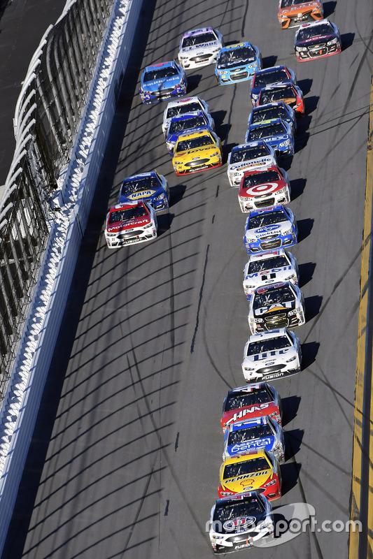 Kevin Harvick, Stewart-Haas Racing, Ford; Joey Logano, Team Penske, Ford