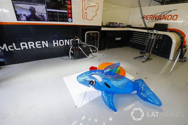 Juguetes de la piscina en el garaje de McLaren