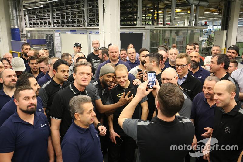 Valtteri bottas mercedes amg f1 avec des employ s de for Mercedes benz employee