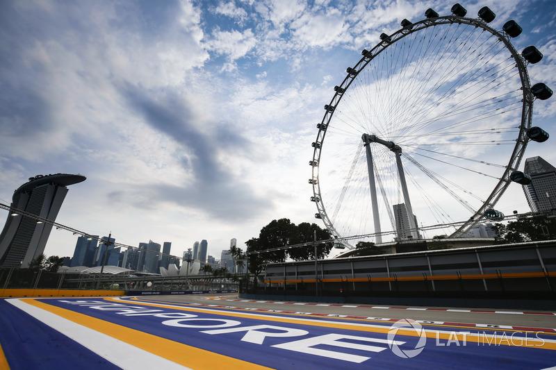 Der Singapore Flyer über der letzten Kurve