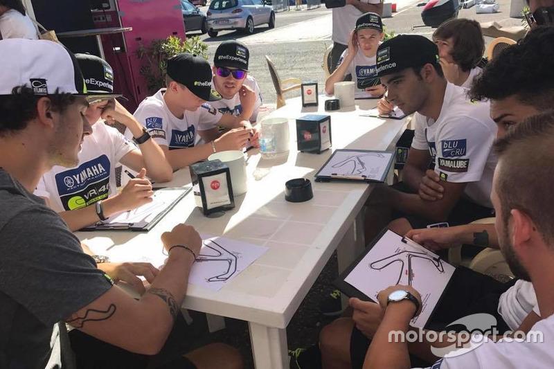 Франческо Багная та учасники четвертого Yamaha VR46 Master Camp на Автодромі Мізано перед тренування