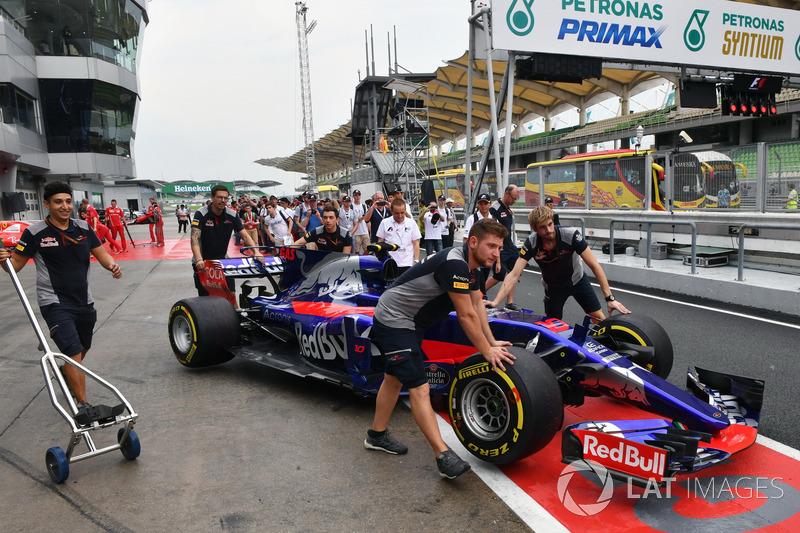 Scuderia Toro Rosso mechanics, Scuderia Toro Rosso STR12 in pitlane