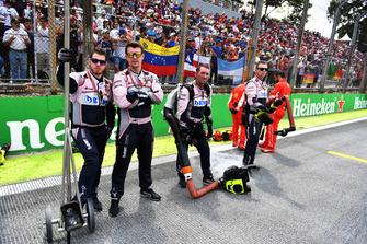 Des mécaniciens Racing Point Force India VJM11 sur la grille