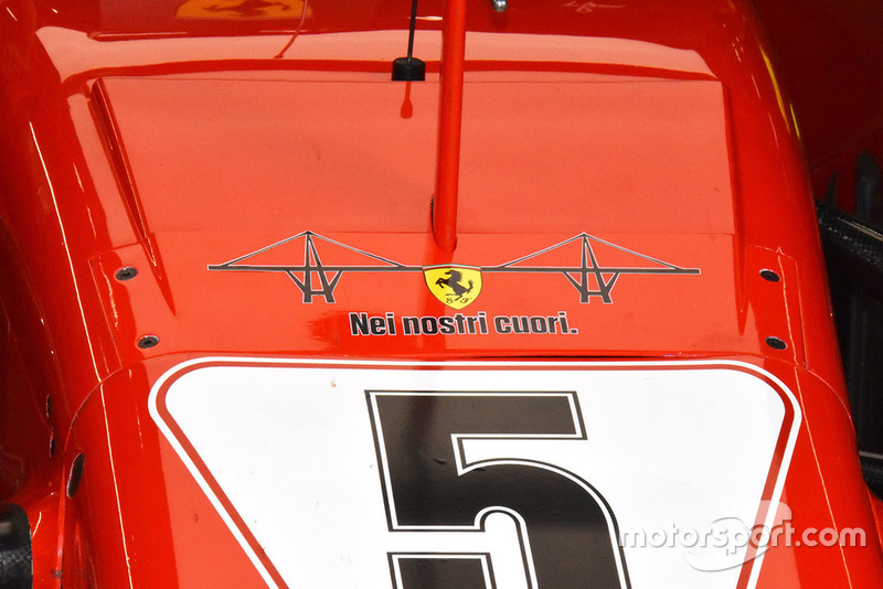 """Tulisan """"Di Hati Kami"""" pada Ferrari SF71H sebagai bentuk dukungan ambruknya jembatan Genoa"""