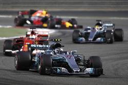 Valtteri Bottas, Mercedes AMG F1 W08, lidera a Sebastian Vettel, Ferrari SF70H, y Lewis Hamilton, Mercedes AMG F1 W08, Max Verstappen, Red Bull Racing RB13