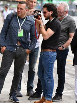 Actores Liam Cunningham y Kit Harington, Ted Dobrzynski, viagp.com y Stefano Zuech, Motorsport Consu