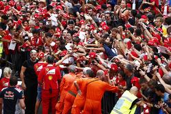 Sebastian Vettel, Ferrari, memberikan tandatangan ke fans