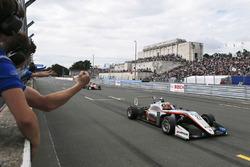 Победитель гонки Джехан Дарувала, Carlin, Dallara F317 - Volkswagen