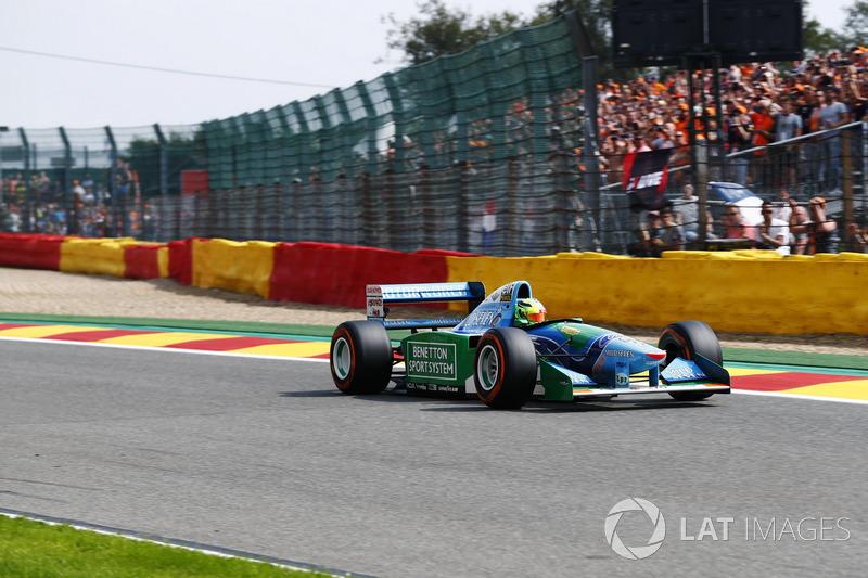 Mick Schumacher conduce el Benetton B194 conducido por su padre Michael Schumacher en el Campeonato Mundial de 1994
