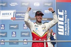 Podium: Race winner Esteban Guerrieri, Campos Racing, Chevrolet RML Cruze TC1