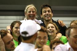Toto Wolff, Mercedes AMG F1 Directeur, viert feest met het team
