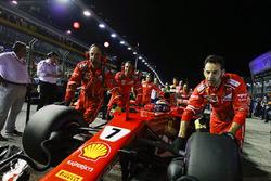 Kimi Raikkonen, Ferrari SF70H, viene messo in posizione
