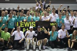 Il vincitore della gara Lewis Hamilton, Mercedes AMG F1, il terzo classificato  Valtteri Bottas, Mercedes AMG F1, festeggiano con il team