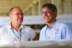 Bernhard Gobmeier, director de Volkswagen Group Motorsport, Sirish Vissa, jefe de Volkswagen Motorsport India
