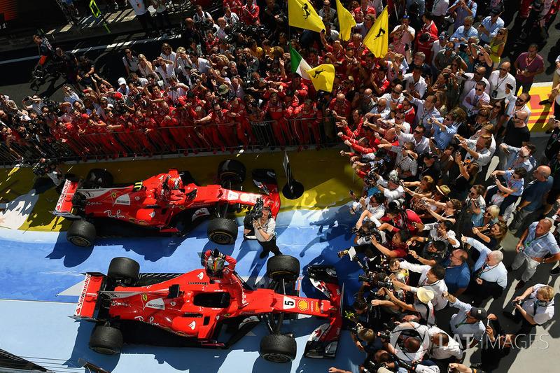 Ganador de la carrera Sebastian Vettel, Ferrari y el segundo lugar Kimi Raikkonen, Ferrari celebran