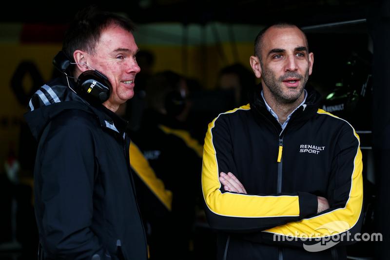 Alan Permane, directeur des opérations piste Renault Sport F1 Team RS17 avec Cyril Abiteboul, directeur général Renault Sport F1