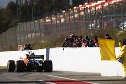 Fotografen knipsen den McLaren MCL32 von Stoffel Vandoorne ausgangs der Boxengasse