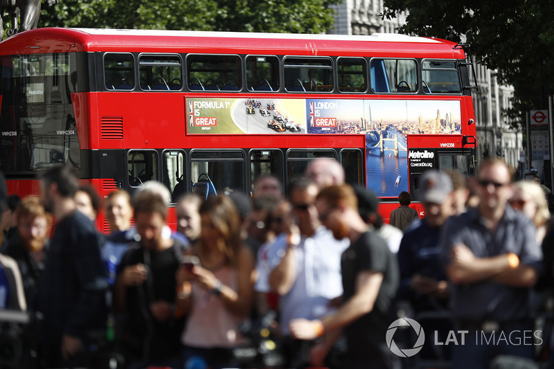 London Routemaster üzerinde F1 reklamı