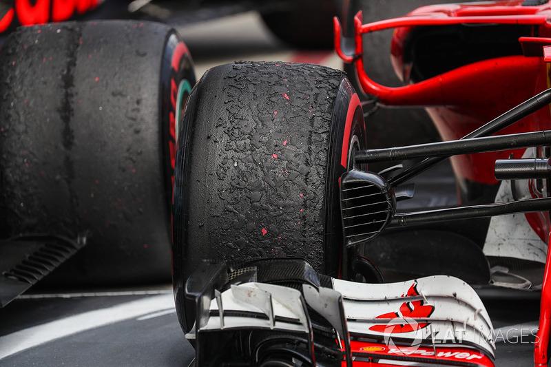 Шини Pirelli для Себастьяна Феттеля, Ferrari SF70H, у закритому парку