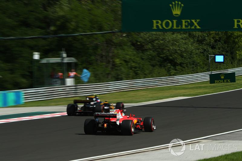 Jolyon Palmer, Renault Sport F1 Team RS17, Sebastian Vettel, Ferrari SF70-H y las banderas azules