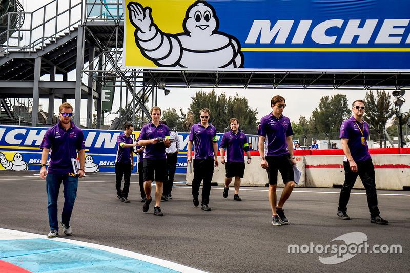 Sam Bird, DS Virgin Racing, camina por el circuito con el equipo