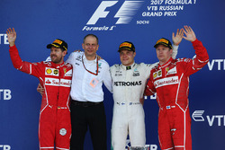 الفائز بالسباق فالتيري بوتاس، مرسيدس، المركز الثاني سيباستيان فيتيل، فيراري، المركز الثالث كيمي رايكونن، فيراري