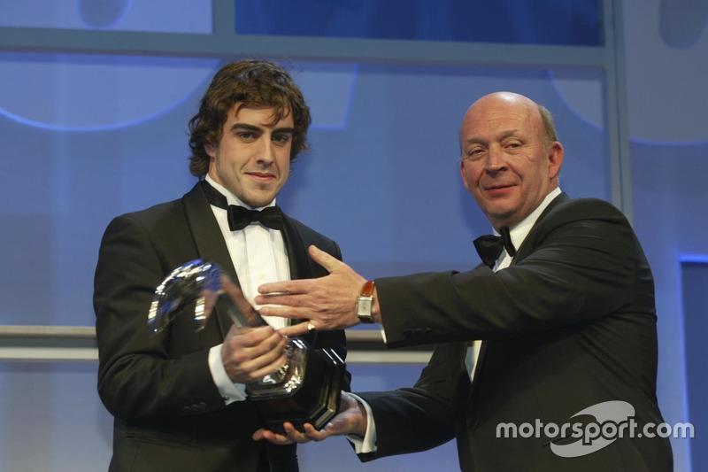 Fernando Alonso bekommt von Nigel Roebuck den Gregor Grant Award überreicht