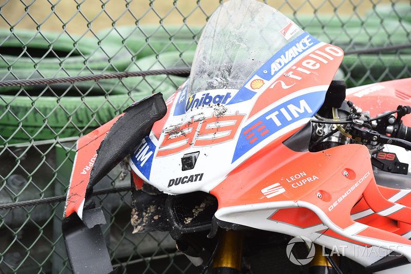 Motor Ducati Jorge Lorenzo setelah terjatuh saat memimpin
