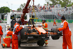 El coche de Fernando Alonso, McLaren MCL32 es movido de la pista