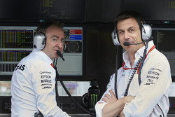 Пэдди Лоу, исполнительный директор Mercedes AMG F1, Тото Вольф, руководитель Mercedes AMG F1