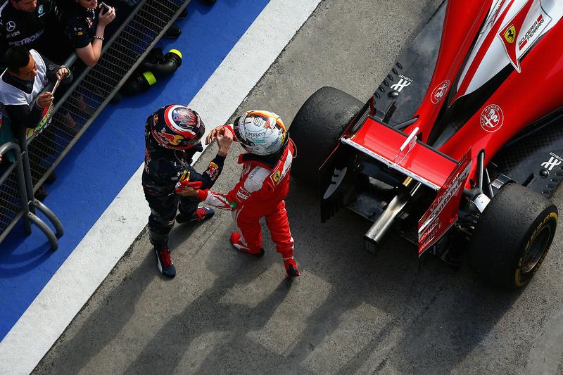 Sebastian Vettel, Ferrari und Daniil Kvyat, Red Bull Racing in parc ferme